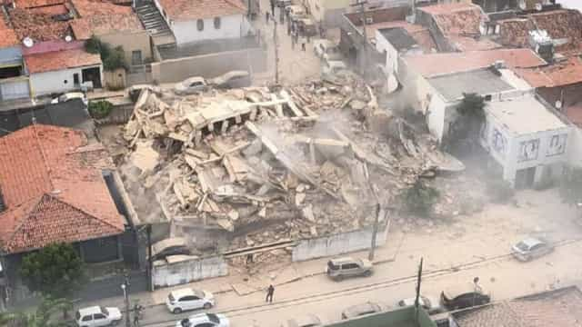 Prédio residencial de sete andares desaba em Fortaleza