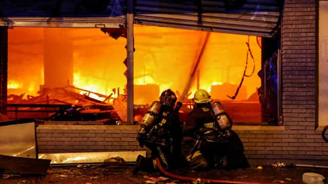 Imagens mostram violência dos confrontos que 'varrem' o Chile