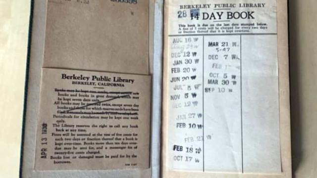 Mulher devolve livro em atraso a biblioteca... 74 anos depois
