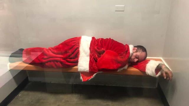 Bêbado furta roupa de Papai Noel de igreja e é detido pela polícia