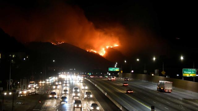 Incêndios obrigam a retirar 10 mil pessoas de bairro de Los Angeles