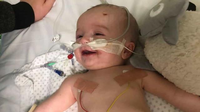 Bebê acordou após cinco dias em coma e sorriu para o pai