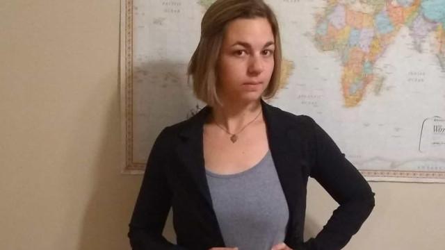 Estudante defende tese com saia feita de cartas de rejeição de estágios