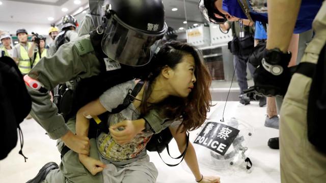 Duzentos detidos em Hong Kong após confrontos com a polícia no sábado