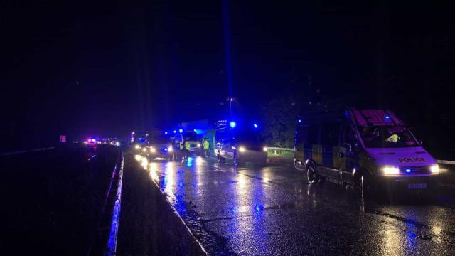 Caminhão é encontrado transportando 15 pessoas em baú em Inglaterra