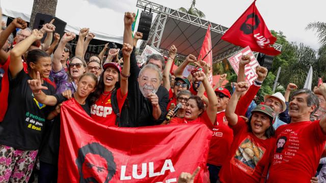 Lula é libertado e encontra militantes na porta da PF