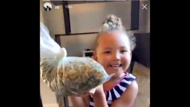 Rapper causa polémica ao mostrar a filha a cheirar um saco de cannabis