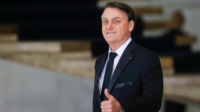Bolsonaro chega calado, veste camisa do Santos e recebe gritos: 'mito'