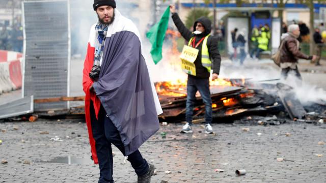Mais de 100 identificados nos protestos dos Coletes Amarelos em Paris