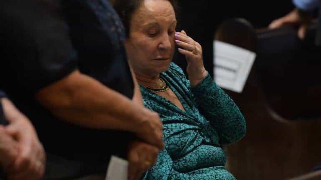 Mãe de Gugu se emociona em missa celebrada para apresentador