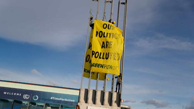 Ativistas do Greenpeace protestam e pedem mais ação na luta