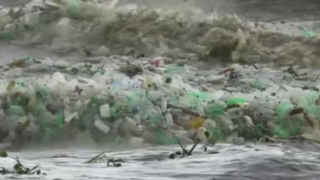 Ondas repletas de lixo e plástico chegam em praia sul-africana