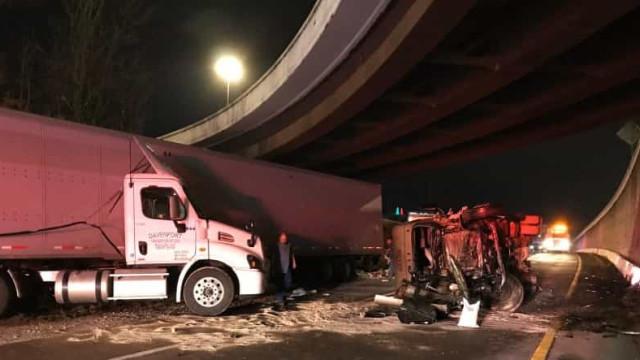 Caminhão derrapa e espalha mais de 17 toneladas de M&M's em estrada