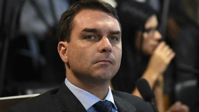 """Flávio Bolsonaro diz que """"tem muita coisa para vir"""" contra Witzel"""