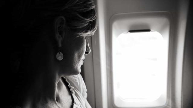 As pessoas choram mais nos aviões. Qual será a razão?