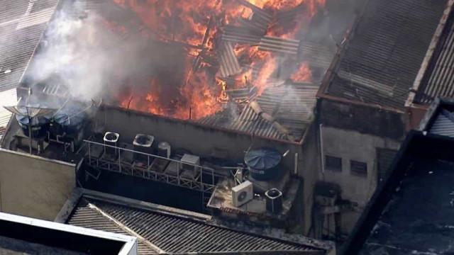 Incêndio atinge prédio comercial no centro de SP