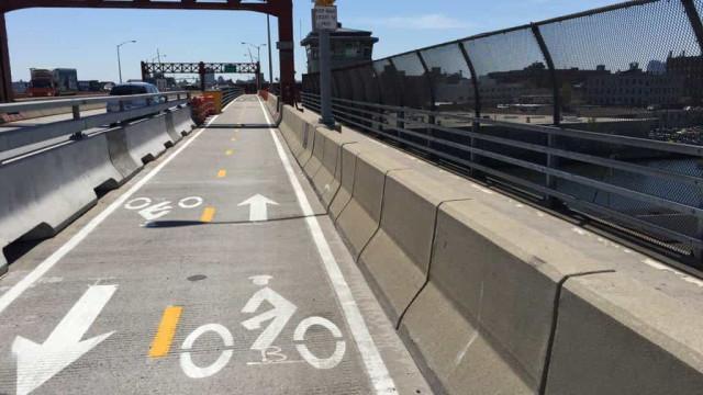 Carro fica retido na faixa de pedestres numa ponte de Nova York