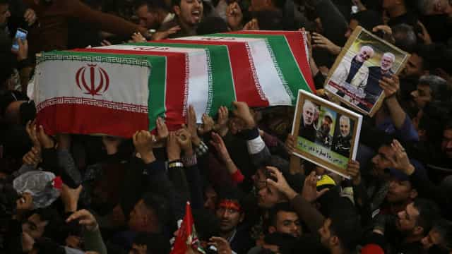 Dezenas de milhares de pessoas participaram no funeral de Soleimani