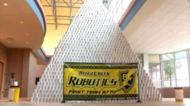 Estudantes constroem pirâmide de papel higiênico mais alta do mundo