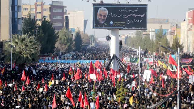 Tumulto em funeral de general iraniano deixa ao menos 50 mortos