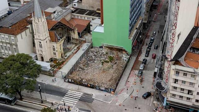 Após 2 anos, terreno de prédio que desabou em SP segue com entulho
