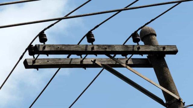 Irmãos de 2 e 14 anos morrem eletrocutados no Rio