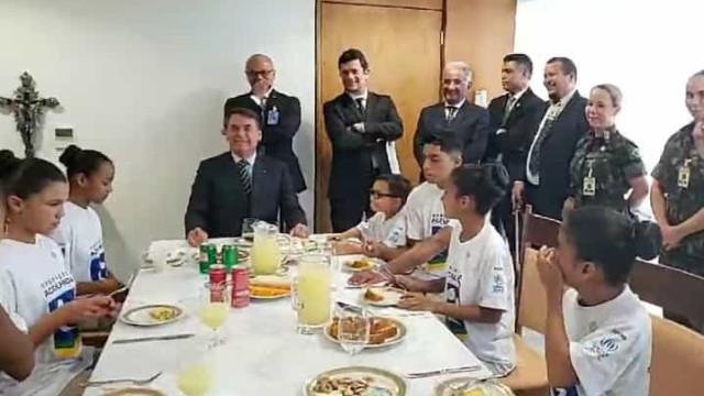 Bolsonaro brinca com a possibilidade de Moro ocupar Presidência em 2027