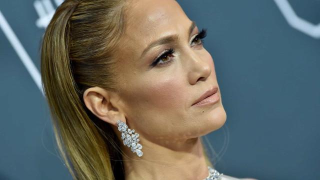 Jennifer Lopez 'não perdoa' e volta a mostrar corpo fatal aos 51 anos