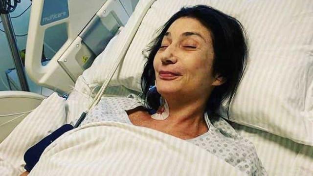 Zizi Possi caminha por corredores de hospital após cirurgia na coluna