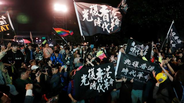 Polícias agredidos em manifestação em Hong Kong