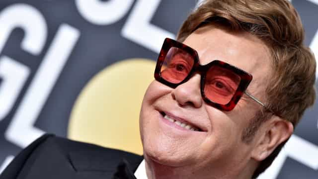 Elton John ajuda ex-noiva que abandonou há 50 anos
