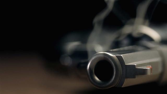 Suspeito de matar casal e filhos atira em 4 e incendeia casa em fuga
