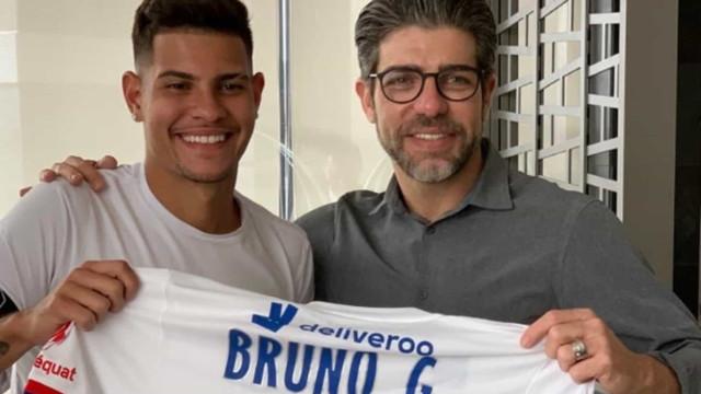 Ao lado de Juninho, Bruno Guimarães posa para foto com camisa do Lyon