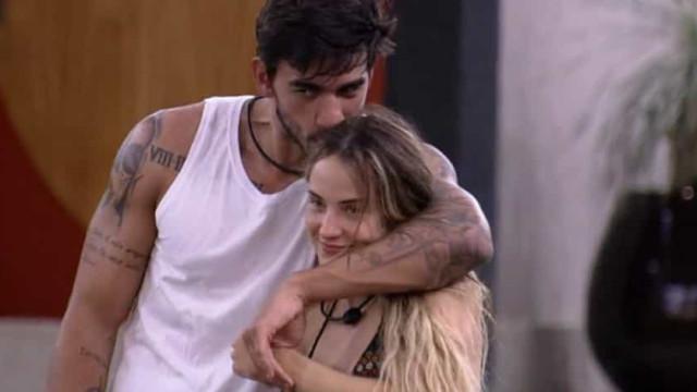 BBB 20: Gabi pede Guilherme em namoro de joelhos