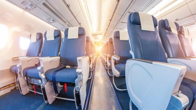 Imagens mostram como a tosse pode espalhar infecções em um avião