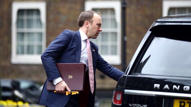 Ministro da Saúde britânico testa positivo para Covid-19