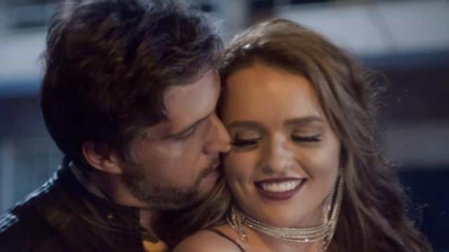 Rafa Kalimann e Léo Chaves trocam beijos e se casam em clipe do cantor