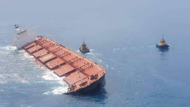 Marinha afunda navio encalhado na costa do Maranhão