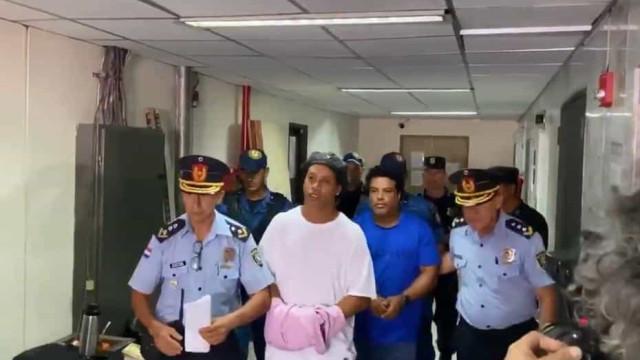 Preso no Paraguai, Ronaldinho Gaúcho usa futevôlei como passatempo
