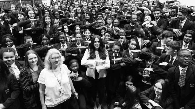 Meghan Markle faz visita surpresa a uma escola em Londres