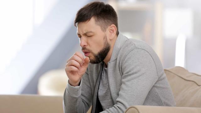 Covid-19: O mau hábito (extremamente comum) que eleva risco de contágio