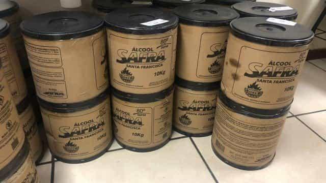 Álcool gel para churrasqueiras é vendido para higiene das mãos no Rio