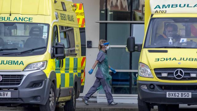 Covid-19: Número de mortes no Reino Unido sobe para 1.228