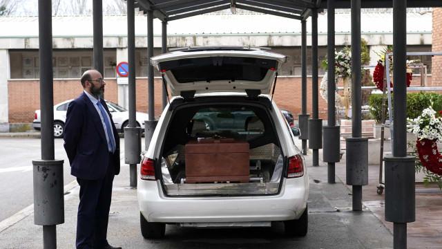 Covid-19: Governo regional de Madrid enterra 59 corpos não reclamados