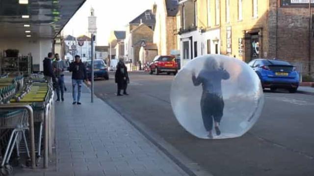 Mulher leva isolamento social à letra e vai às compras numa bolha
