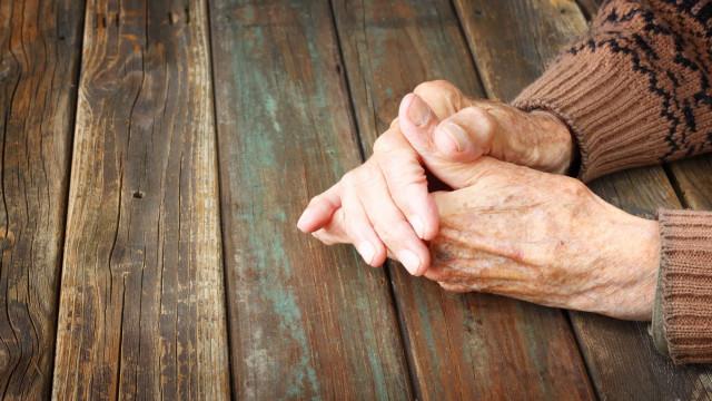 Cuidadores abandonam lar e deixam idosos com fome. Morreram 31 pessoas
