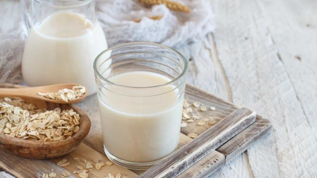 Adeus lactose! Aprenda a fazer leite de aveia em casa