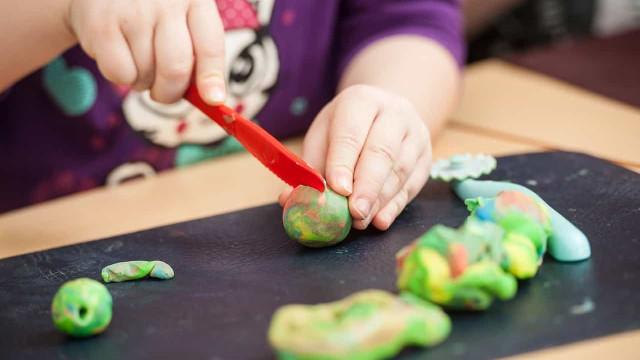 Aprenda a fazer massinha de modelar e se divirta com as crianças