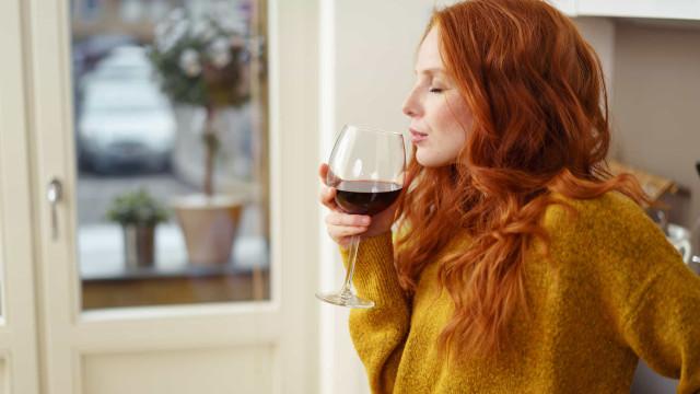 Três razões para desfrutar de um copo de vinho tinto esta noite