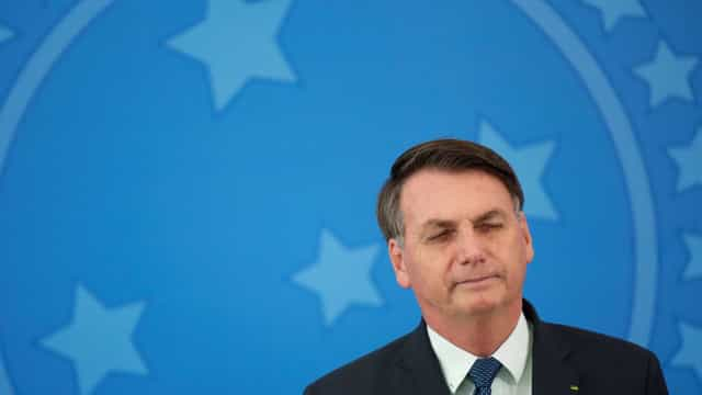 Presidente critica 'políticos' e diz: 'não vão me tirar daqui'